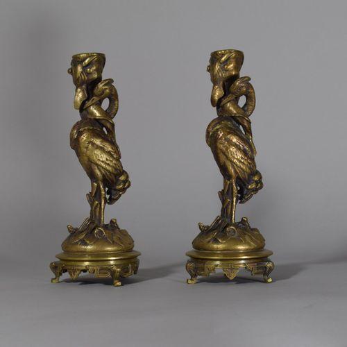 Paire de bougeoirs en bronze doré à décor de héron et petites grenouilles  H: 21…