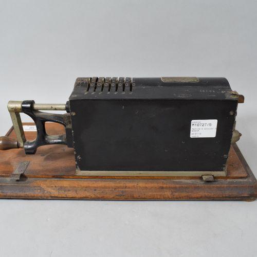 DACTYLE  Machine à calculer sur son support en bois (sans son couvercle de prote…