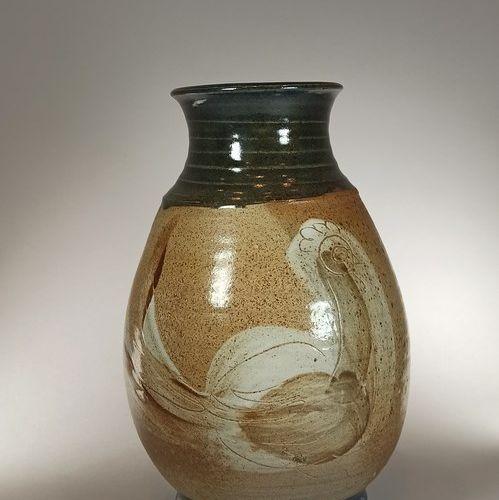 VOLKOFF Vladimir    Vase à décor de poules en grès. Ht. : 25 cm. Tampon sous la …
