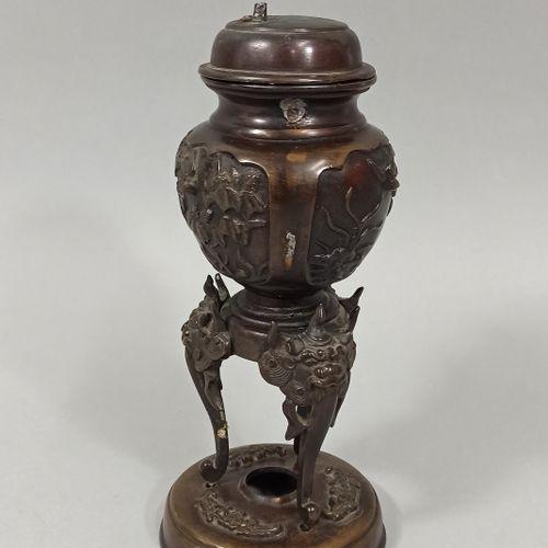 JAPON Epoque MEIJI (1868 1912)  Brûle parfum en bronze à patine brune, à décor e…