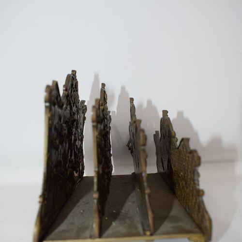 一个罗卡尔风格的青铜信筒,装饰有音乐(乐谱、小号、曼陀林)和视觉艺术(调色板、圆规、方形......)的符号,有三个存档空间,它放置在四个刺桐叶卷曲的腿上。20…
