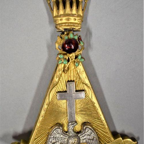 Bijou de chevalier Rose Croix.  Métal doré et émail.  XXe siècle.  H. : 8 cm L. …