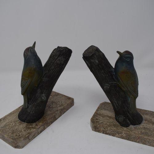 Paire de serres livres à décor d'oiseaux polychromes en régule  H.: 16 cm L.: 18…
