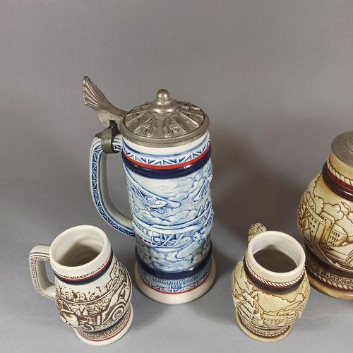 阿旺  一套5个搪瓷杯,装饰着以旅行为主题的场景。  金属盖子