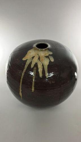 Grand vase boule  Grès, porte une signature manuscrite peinte sous la pièce,  Ha…