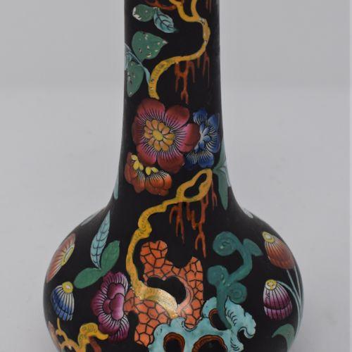 CHINE Moderne  Vase en porcelaine dans le gout de la famille noire, décor de chr…