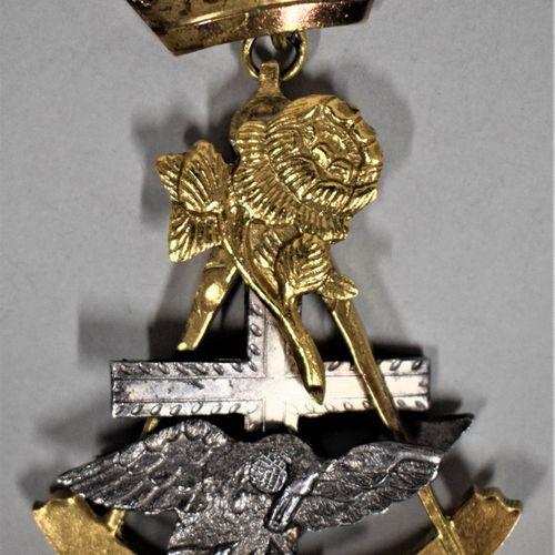 Bijou de chevalier Rose Croix.  Pélican à la rose.  Métal doré et argent.  XXe s…