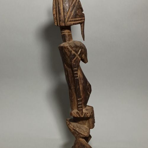 Statuette DOGON, Mali  Patine brune croûteuse par endroits. Circa 1950.  Haut. :…