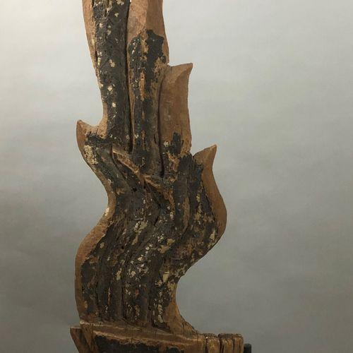 泰国 约1900年  雕刻和部分上漆的木质建筑元素,让人联想到火焰。(小姐,穿)  高度为140厘米。