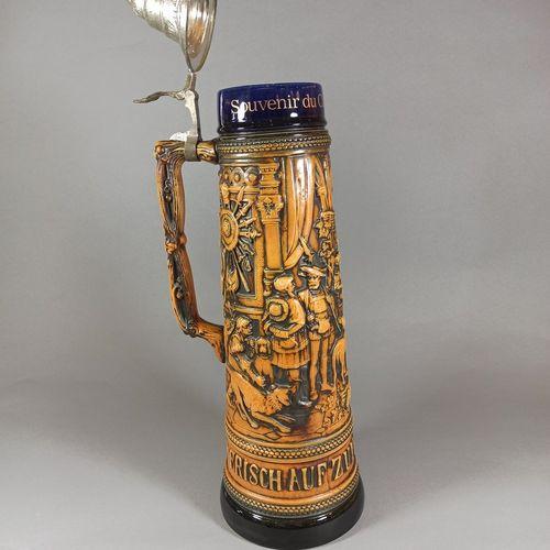 """20世纪的德国作品。  纪念版啤酒杯(3升),釉面炻器,有宴会场景。顶部刻有 """"Souvenir du camp de Stetten"""",底部刻有 """"Frisc…"""
