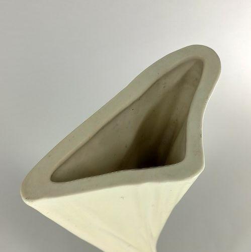 CAPRON Roger (1922 2006)  Vase hélicoïdal blanc.  Terre blanche, signature manus…