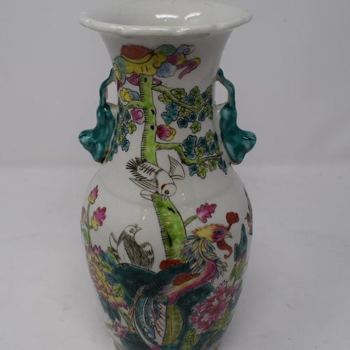 Vase en porcelaine polychrome à décor d'oiseaux