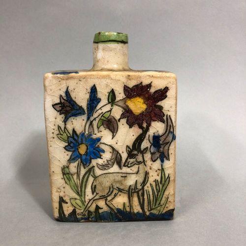 IRAN, XXe siècle, Dans le style Kadjar,  Gourde en céramique à décor de fleurs e…