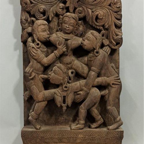 印度,20世纪  代表相拥的夫妇(Mithuna)的色情战车木,如在卡朱拉的寺庙中可以找到。  65 x 34,5 cm