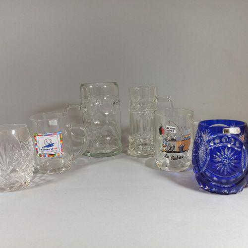 一套6个啤酒杯,其中2个是水晶杯,4个是玻璃杯。  (Chipping)