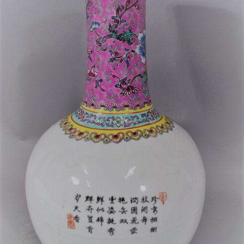 CHINE XXème SIECLE,  Vase en porcelaine à décor émaillé polychrome d'un paon sur…