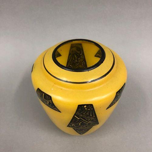 LEGRAS (Dans le goût de)  Vase ovoïde en verre, fond jaune à décor de réserve de…