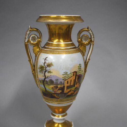 Paris XIXe  Vase en porcelaine de forme Médicis à décor d'un grognard prêtant so…