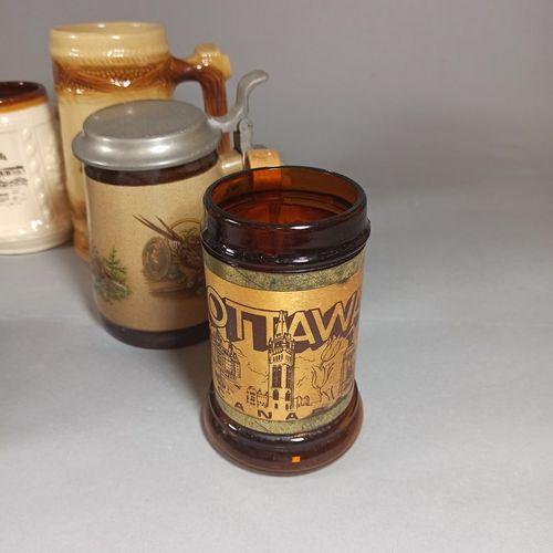 一套10个以旅游纪念品为主题装饰的啤酒杯。  (事故和磨损)
