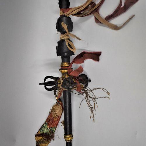 TIBET Début XXème siècle.  Sceptre Bouddhique en bronze à patine noire formé de …