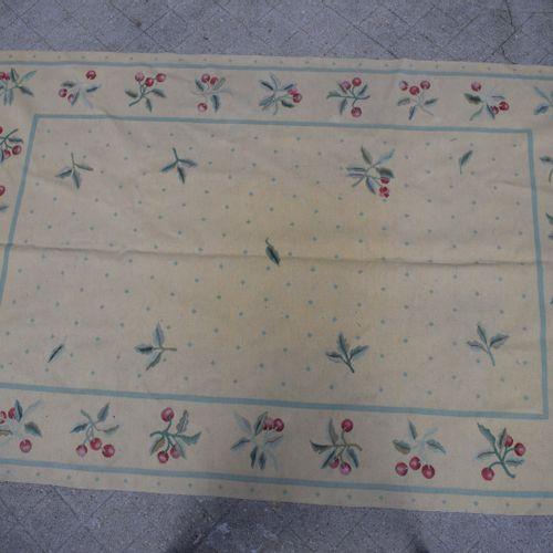 米色背景的Killim地毯,边框装饰有樱桃。  高:289厘米 宽:190厘米