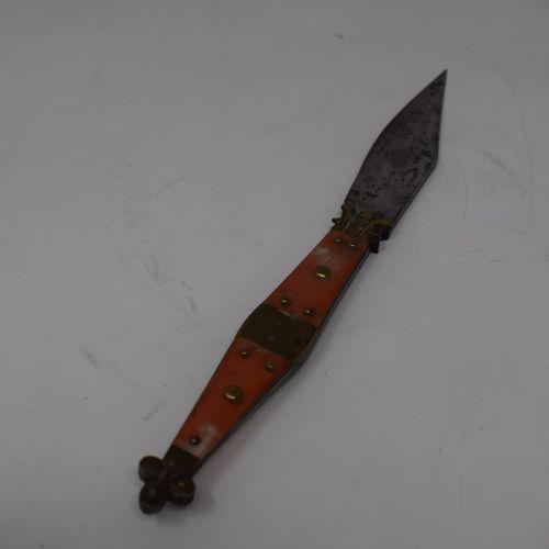 Couteau pliant dit Navaja. Monture en laiton, côtes en corne garnies de clous de…