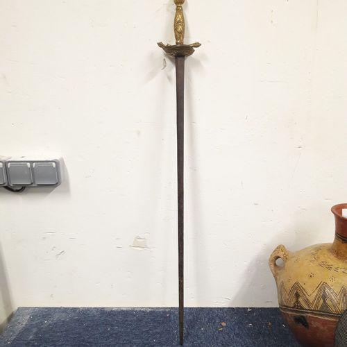 Belle épée.  Monture en bronze doré, pommeau, fusée et coquille bivalve à décor …