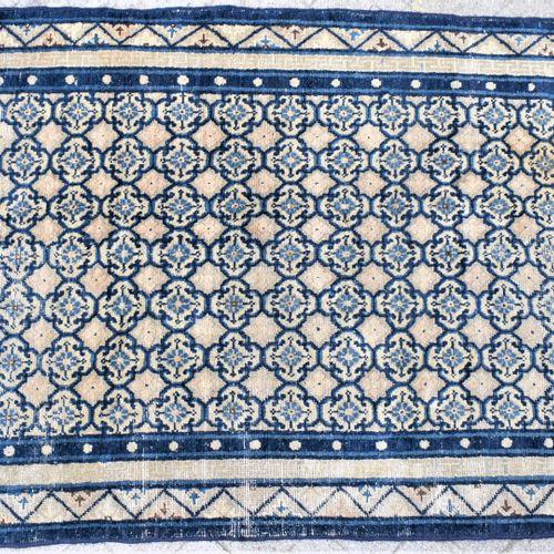 米色背景上的蓝色设计地毯