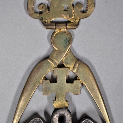 Bijou de chevalier Rose Croix.  Pélican à la croix pattée.  H. : 8.8 cm L. : 5 c…