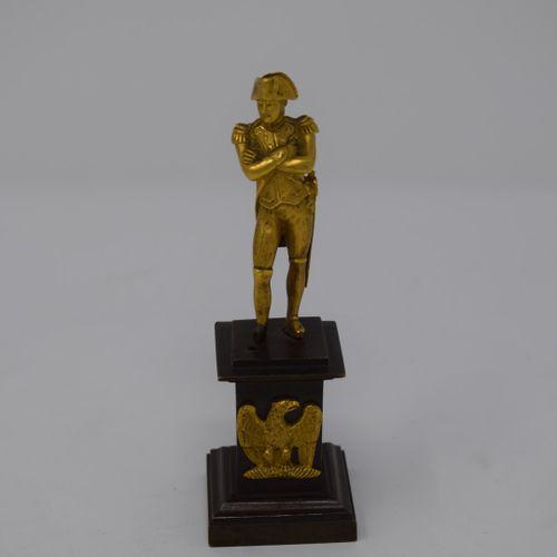Statuette de Napoléon en bronze doré.  (Accident au pied droit)  Diam. : 11.8 x …