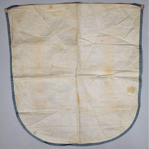 Tablier de maitre sur soie.  Broderie artisanale.  XXe siècle.  H. : 40 cm L. : …
