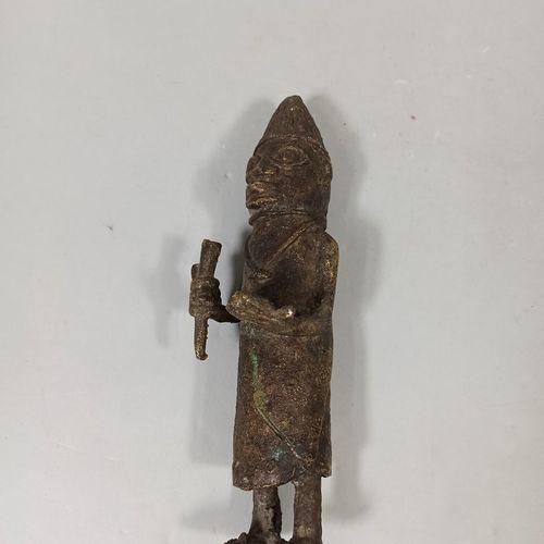 Statuette tardive en bronze du Nigéria  H.: 24 cm    Partie du lot /10