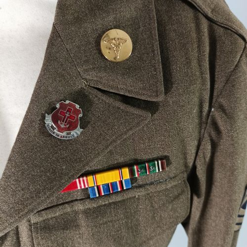 Lot de deux blousons américains Ike en laine OD : Un blouson de first sergeant d…