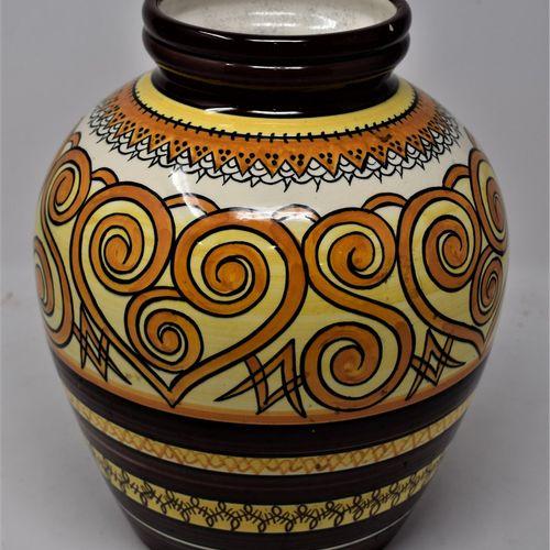 QUIMPER  Vase en faïence à col ouvert à décor de frises stylisées dans les teint…