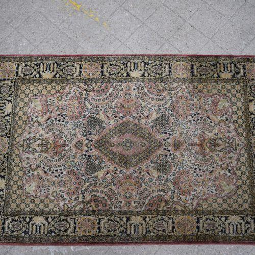 白底黑边的丝毯。  高:155厘米 宽:105厘米