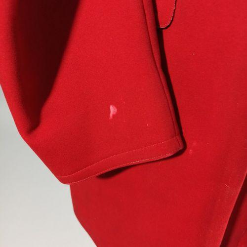 Veste de vénerie en drap rouge et boutons dorés, intérieur beige quadrillé rouge…