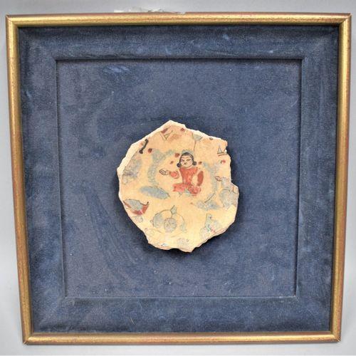 Fragment de céramique dite minaï  Pâte siliceuse à décor de petit feu dit minaï,…