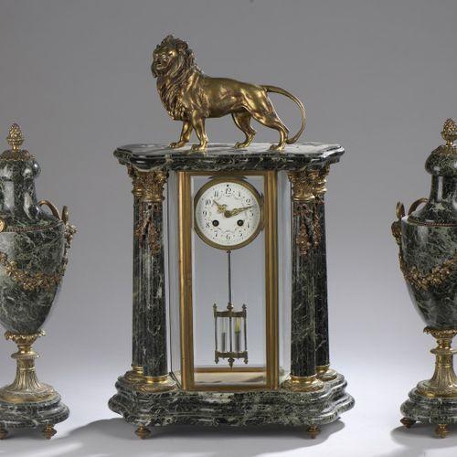Garniture de cheminée en marbre de Verde Saint Denis composée d'une pendule cage…
