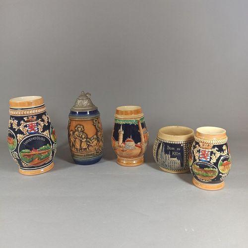 Lot de 5 chopes à bière en grès émaillé à décor en relief de vues de villes (Lux…