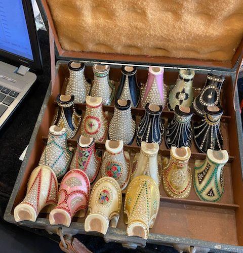 Malette comprenant Vingt deux talons de chaussures de femmes.  Circa 1925 1930.