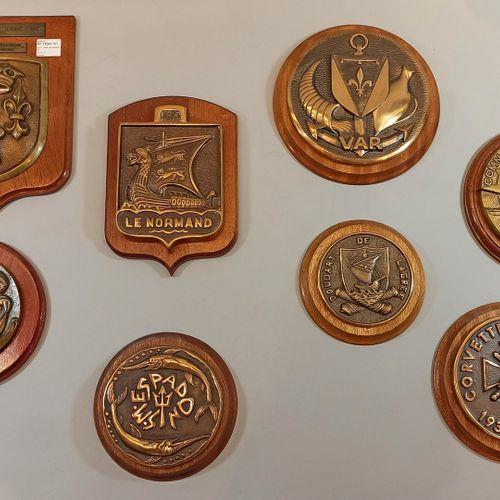 Huit tapes de bouche en bronze sur support en bois :   VAR pétrolier ravitailleu…