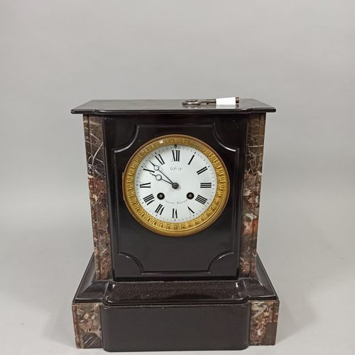 Pendule borne en marbre noire  Sur le cadran inscription: Gayet Clermont Ferrand…
