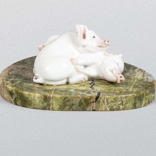 PRESSE PAPIER DE BUREAU EN PORCELAINE POLYCHROME.  À décor de deux cochons allon…