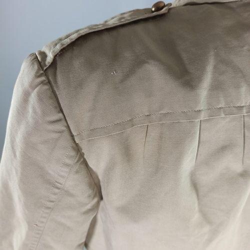 Vareuse française en coton beige avec pattes de col des troupes sahariennes.  An…