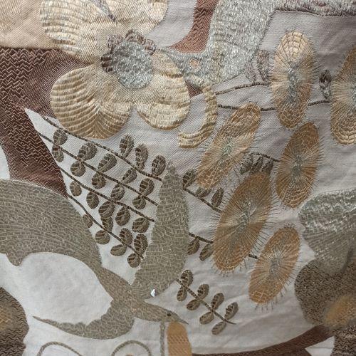 用金线和银线刺绣的织物碎片,上面装饰着风景中的鸟儿  尺寸:高84厘米,宽130厘米  磨损的痕迹和小块的缺失