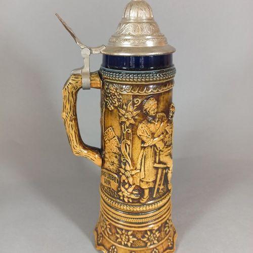 """德国的工作。  上釉炻器音乐啤酒杯,有酒馆美人鱼的浮雕装饰,演奏 """"哦,玛丽女士 """"的旋律。  金属加工的盖子  高度:30厘米"""