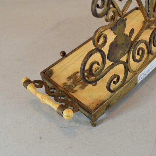 黄铜和象牙的日本墨池。  19世纪末的英国作品。  事故    H.17 cm; W. 20 cm
