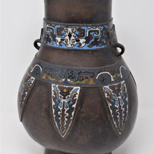 CHINE XIXeme siècle  Vase de forme Hu en bronze et émaux cloisonnés.  Marques en…