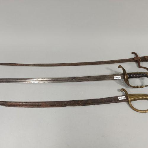 Lot de 3 armes:  1) Briquet (épave)  2) Sabre à la Blücher (très mauvais état)  …