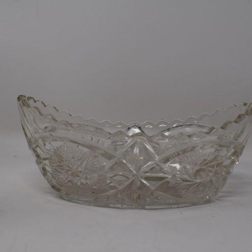 Carafe à liqueur en cristal taillé pointe de diamant et son bouchon.  H.: 28 cm …